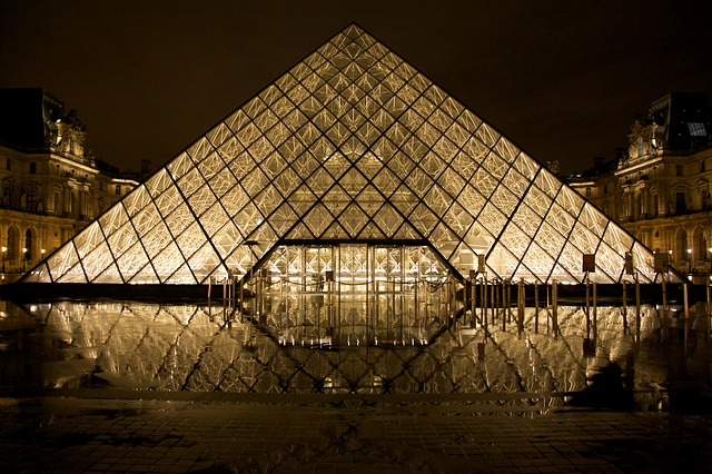 skleněná pyramida