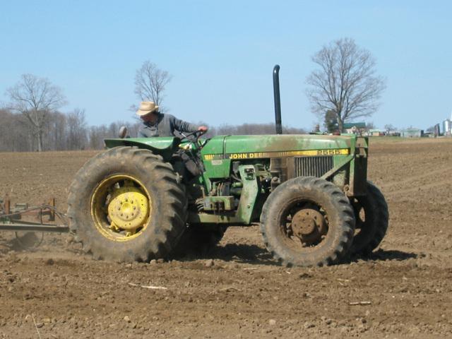 traktor na poli může být v pohodě pod kontrolou
