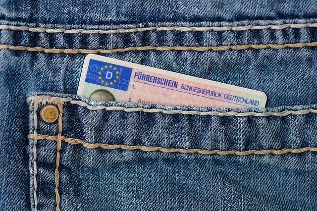 řidičský průkaz v kapse